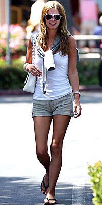 Nicky Hilton  Şehirde dolaşırken giymek için harika bir seçim.